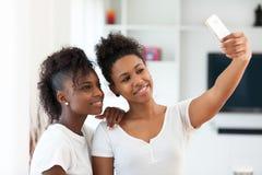拍与sm的非裔美国人的十几岁的女孩一张selfie照片 免版税库存图片