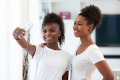 拍与sm的非裔美国人的十几岁的女孩一张selfie照片 免版税库存照片