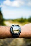 拍与smartwatch照相机的照片,便携的技术 免版税库存图片