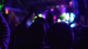 拍他们的手的许多愉快的人民说再见向心爱的音乐带 股票视频