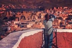 拍农村巴巴里人村庄的照片游人 图库摄影