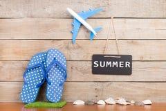 拍击声、玩具飞机、贝壳和黑板有题字& x22的; SUMMER& x22; 免版税库存图片