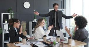 拍和庆祝成功的企业队 股票视频