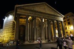 拍在万神殿前面的人们照片 城市点燃晚上场面 免版税库存图片