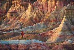 拍在五颜六色的蒙古峡谷的人照片 免版税库存图片