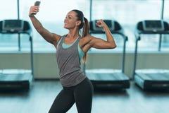 拍在健身房的女孩Selfie照片 库存照片