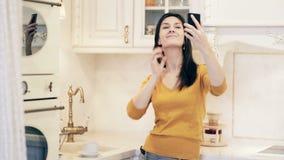 拍在厨房的少妇selfie照片 股票录像