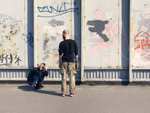 拍在墙壁街道画的愉快的夫妇一张照片 库存图片