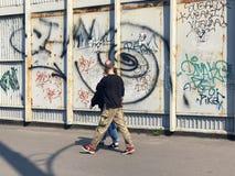 拍在墙壁街道画的愉快的夫妇一张照片 图库摄影