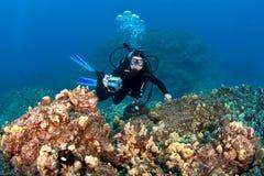 拍在夏威夷礁石的轻潜水员照片 免版税库存图片