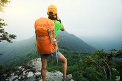 拍在山上面的远足者照片  免版税库存照片