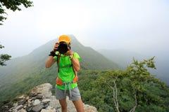 拍在山上面的远足者照片  库存照片