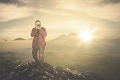 拍在山峰的人照片 图库摄影