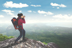 拍在山的男性旅客照片 免版税库存照片