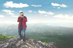 拍在山的年轻人照片 免版税库存照片
