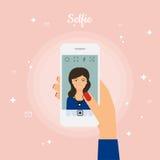 拍在巧妙的电话的妇女Selfie照片 自画象图片 免版税图库摄影