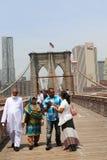 拍在布鲁克林大桥的游人照片 库存照片