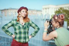 拍在影片照相机的两个美丽的行家女孩照片胜过 库存照片