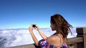 拍在手机的妇女照片在番西邦峰山在Sapa,越南 股票视频