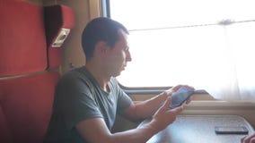拍在智能手机的照片和微笑通过图片的人旅客通过社会媒介 慢动作录影 股票录像