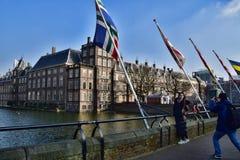 拍在海牙` s Binnenhof前面的旅游夫妇照片 库存照片
