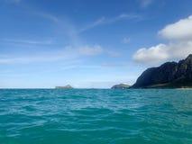 轻拍在看往兔子海岛和R的Waimanalo海湾的波浪 图库摄影