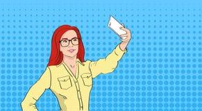 拍在聪明的电话流行艺术五颜六色的减速火箭的样式的玻璃的妇女Selfie照片 免版税库存图片