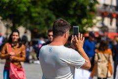 拍在街道上的人照片 免版税库存照片