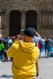 拍在街道上的人照片 库存图片