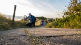 拍在远足的人照片 免版税库存照片