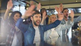 拍在酒吧,欢呼的队的激动的体育迷手,庆祝胜利 股票录像