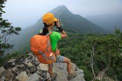 拍在长城上面的妇女远足者照片  免版税库存照片