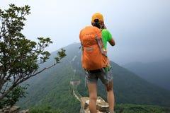 拍在长城上面的妇女远足者照片  库存图片