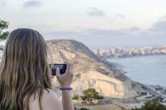 拍在阿利坎特圣塔巴巴拉城堡的妇女照片 库存图片