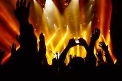 拍在音乐会阶段前面的照片 免版税图库摄影