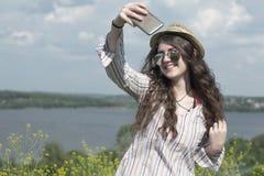 拍在移动电话照相机的女孩自画象照片 免版税库存图片
