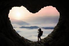 拍在洞的女性远足者照片 图库摄影