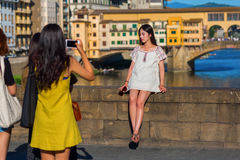 拍在Ponte Trinita的年轻亚裔妇女照片在佛罗伦萨,意大利 库存照片
