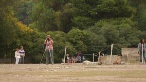 拍地标的专业照片资深妇女在观光旅游时 影视素材