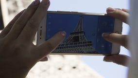 拍埃菲尔铁塔的照片庄稼妇女 影视素材