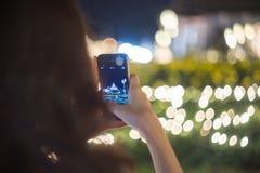 拍城市夜光的短冷期射击照片年轻旅游女孩 免版税库存图片