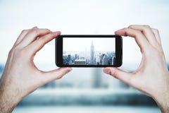 拍城市照片的人 免版税库存图片
