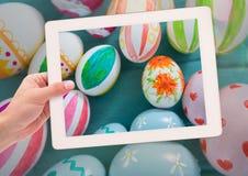 拍复活节彩蛋照片与巧妙的电话的 免版税库存照片