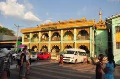 拍外国人的缅甸妇女照片在Bo的寺庙 免版税库存照片