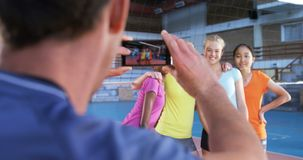 拍女性球员的照片有手机的4k男性教练 影视素材