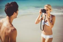 拍她的人的照片妇女 免版税图库摄影