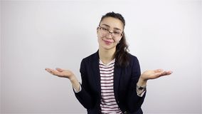 拍她的手的Scrastically 戴眼镜的年轻美丽的妇女鼓掌 股票录像