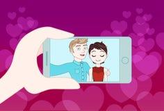 拍年轻夫妇的Selfie照片手举行巧妙的电话 库存例证