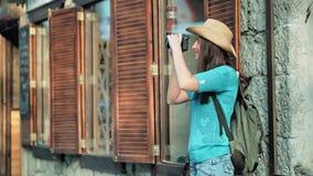 拍惊人的建筑学和都市风景的照片背包徒步旅行者妇女在欧洲风格的窗口附近 股票视频