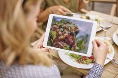 拍我们的膳食照片  免版税库存照片